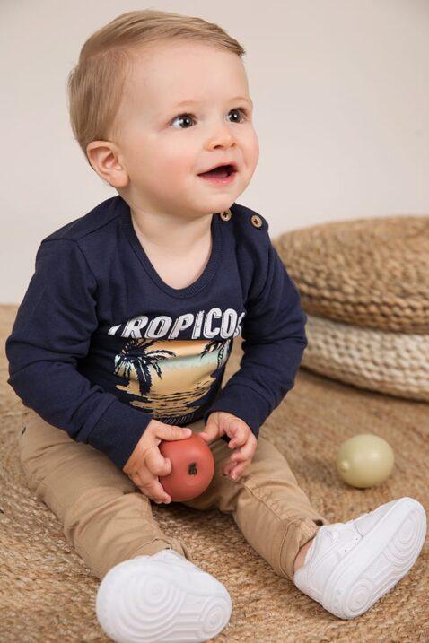 Baby Kinder Jeans mit Taschen + Leder-Patch Vintage beige - Oberteil langarm mit Rundhalsausschnitt + Print blau von Dirkje - Babyphoto