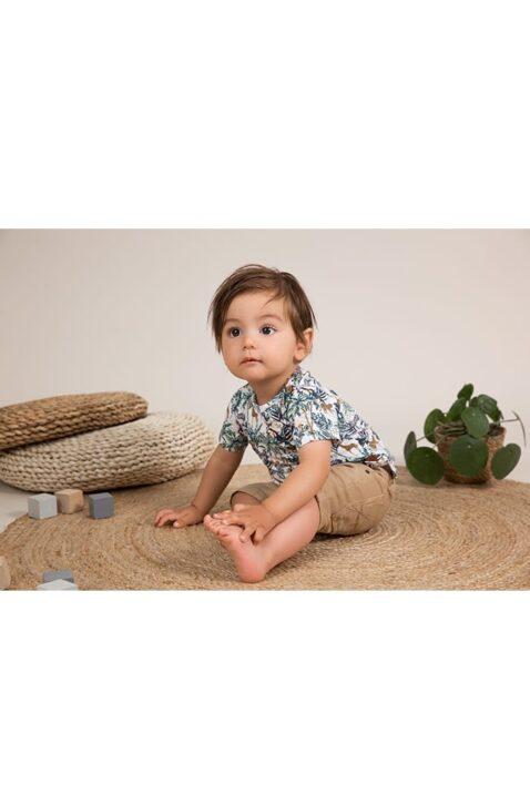 Baby Jeans-Shorts im Vintage-Look mit Taschen für Jungen in beige - Kinder Kurzarmshirt mit Tier-Print mehrfarbig für Jungen von Dirkje - Babyphoto