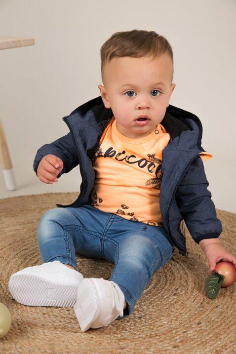 Baby Kinder Jeans 5-Pocket im Vintage-Look blau - Jungen Oberteil orange mit Print - Jungen Kapuzenjacke blau von Dirkje - Babyphoto