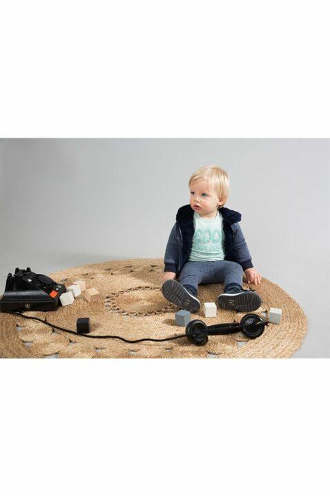 Baby Sweathose gesteppt mit Komfortbund aus Baumwolle in blau - Kurzarmshirt mit Rundhalsausschnitt und Aufdruck grün - Kapuzen-Sweatjacke mit Fellimitat für Jungen von Dirkje - Babyphoto