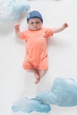 Junge trägt koralle Baby Sommer Romper Einteiler kurz mit Insel - Blaue Jeans Kinder Schirmmütze & Sun and Fun Patch von Pinokio - Babyphoto Kinderphoto