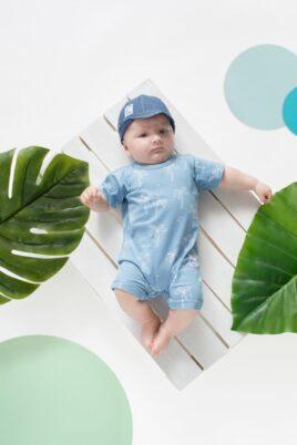 Junge trägt hochwertigen blauen Baby Overall Kurzarm-Spieler mit Palmen aus Baumwolle - Kinder Jeansmütze mit Schirm Sommer von Pinokio - Babyphoto Kinderphoto