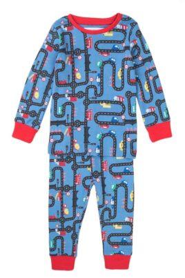 Minoti blauer Baby Schlafanzug Pyjama langarm mit Straßen, Autos, Straßenschilder & rote Rip-Bündchen aus Baumwolle für Jungen – Kinder Nachtwäsche – Vorderansicht