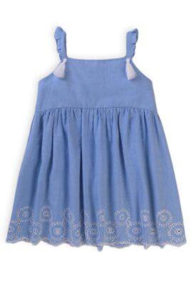 Minoti blaues Babykleid mit Quasten, Stickereien, Rüschen für Mädchen aus Baumwolle – Hellblaues meliertes Kinder Sommerkleid mit Jakobsmuschel Saum & Unterrock – Vorderansicht