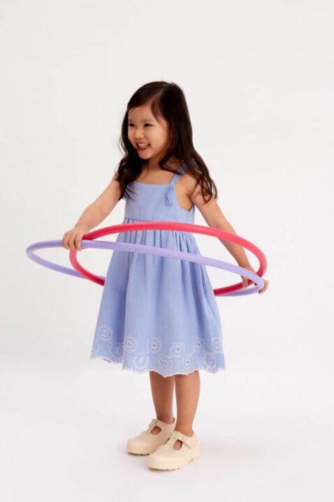 Mädchen mit Hula-Hoop-Reifen trägt blaues Kinder Freizeitkleid knielang mit Stickereien, Quasten am Träger & Jakobsmuschel Saum - Ärmelloses Kleid mit Unterrock von Minoti- Kinderphoto