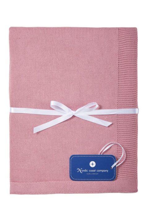 Dunkles rosa atmungsaktive Baby Kuscheldecke Spieldecke aus Strick mit Wolke & weißer Geschenkschleife aus 100% zertifizierter Baumwolle OEKO Tex von Nordic Coast Company - Geschenkansicht Kinderdecke