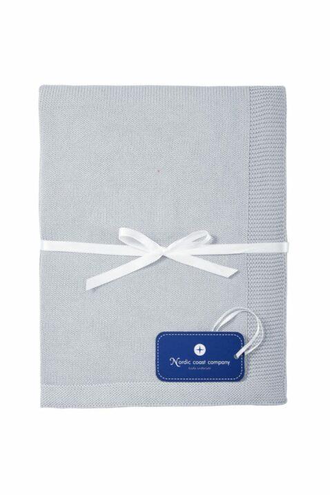 Graue atmungsaktive Baby Kuscheldecke Spieldecke aus Strick mit Wolke & weißer Geschenkschleife aus 100% zertifizierter Baumwolle OEKO Tex von Nordic Coast Company - Geschenkansicht Kinderdecke