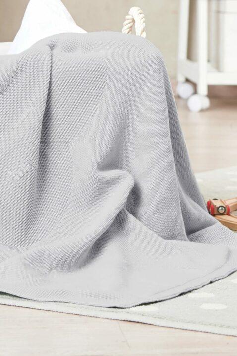 Graue Babydecke mit eingestricktem Wolkenmotiv aus hochwertiger & pflegeleichter Baumwolle OEKO Tex von Nordic Coast Company - Kinderdecke Inspiration Lookbook