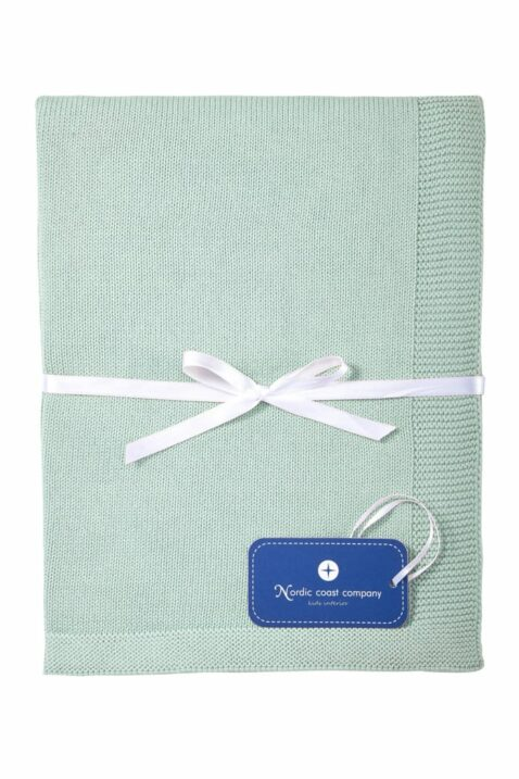 Mintgrüne atmungsaktive Baby Kuscheldecke Spieldecke aus Strick mit Wolke & weißer Geschenkschleife aus 100% zertifizierter Baumwolle OEKO Tex von Nordic Coast Company - Geschenkansicht Kinderdecke