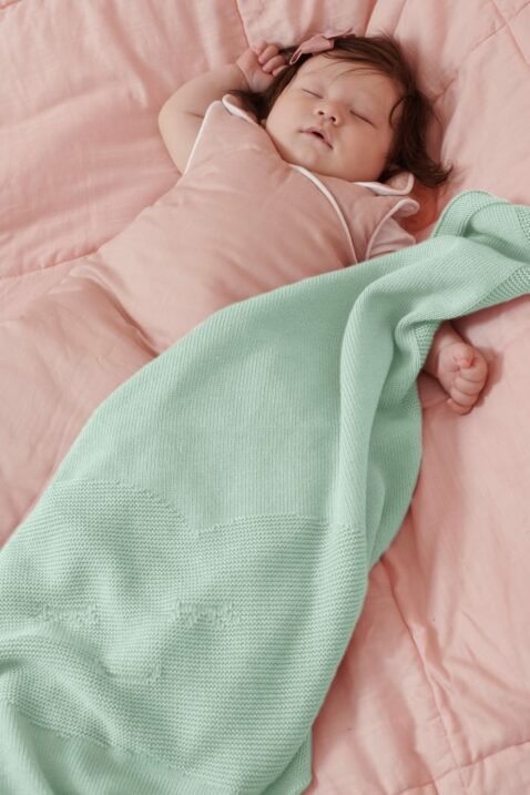 Schlafendes Baby in altrosa Sommer Schlafsack & kuscheliger mint grüner Wolken Babydecke Kuscheldecke Strickdecke aus 100% OEKO Tex Baumwolle von Nordic Coast Company - Babyphoto