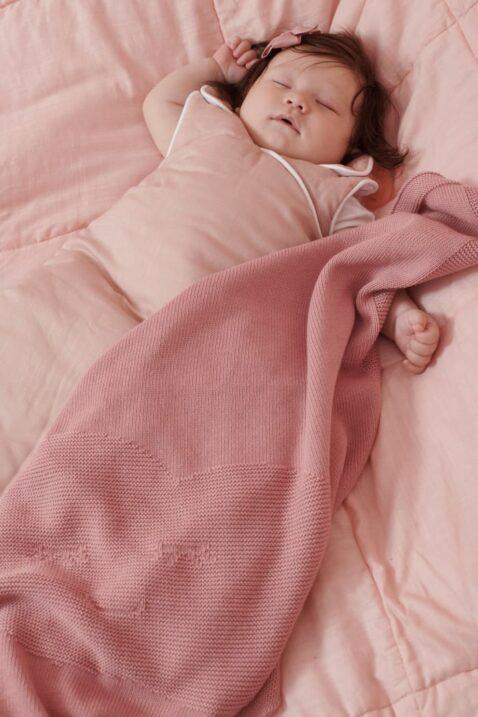 Schlafendes Baby in altrosa Sommer Schlafsack & kuscheliger unifarben rosa berry Wolken Babydecke Kuscheldecke Strickdecke aus 100% OEKO Tex Baumwolle von Nordic Coast Company - Babyphoto