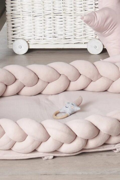 Rosa-graue Babyrassel Holz Beißring in Stern Optik im geflochtenen Babynest mit Bettschlange multifunktional aus 100% zertifizierter OEKO TEX Baumwolle von Nordic Coast Company - Lookbook Babyzimmer