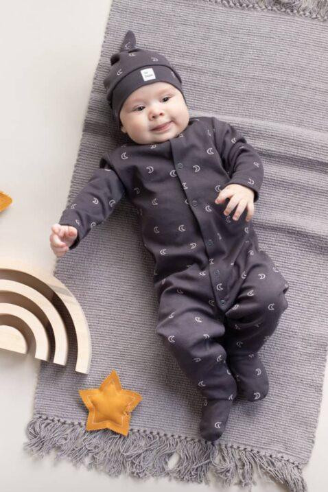 Baby Junge trägt graphitgraue Kindermütze Zipfelmütze & Patch - Schlafoverall mit Füßen & Monde im All Over Look aus Baumwolle OEKO TEX von Pinokio - Kinderphoto liegender Junge
