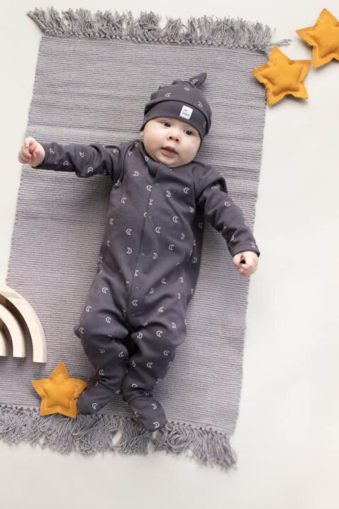 Liegender Junge trägt grauen Schlafoverall mit Fuß, Monden Muster OEKO TEX Baumwolle - Kindermütze mit Knoten Zipfel für Frühling, Sommer, Herbst von Pinokio - Kinderphoto Babyphoto