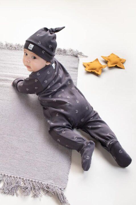 Baby Junge trägt grauen Schlafoverall mit Füßen - Baby Kindermütze mit Halbmonden, Zipfel Knoten & BE BRAVE Patch 100% Baumwolle OEKO Tex von Pinokio - Babyphoto krabbelnder Junge