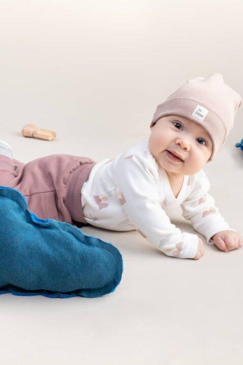 Baby Junge trägt Baumwollmütze mit Umschlag beige Patch BE BRAVE OEKO TEX - Weißen Langarmbody mit Berge All Over Look - Babyhose Pumphose mit Taschen in Beige von Pinokio - Kinderphoto krabbelnder Junge