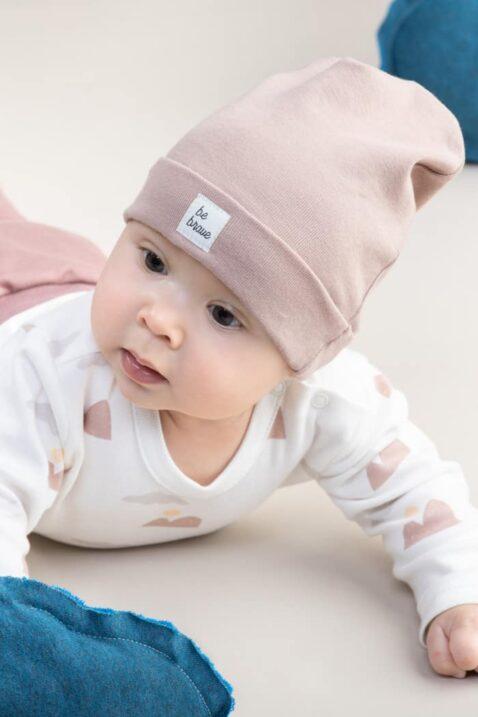 Baby Junge trägt beige Baby Kindermütze mit Umschlag & BE BRAVE Patch 100% Baumwolle OEKO TEX - Weißen Wickelbody langarm mit Berge Panorama von Pinokio - Babyphoto Nahaufnahme