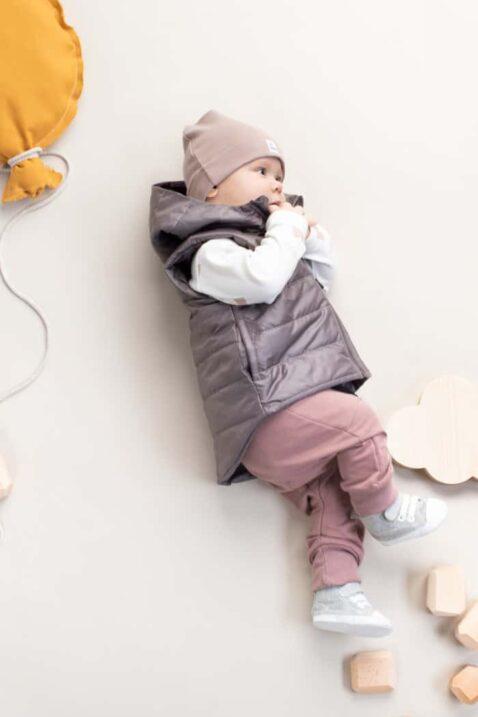 Junge Baby trägt Babymütze in Beige mit Patch BE BRAVE - Baumwolle Pumphose mit Taschen & Berge-Patch beige - Kinder Steppweste mit Kapuze grau von Pinokio - Babyphoto liegender Junge