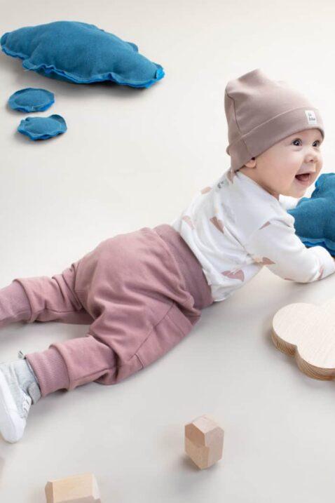 Kinder Junge mit beiger Baby Baumwollmütze mit Umschlag & Patch BE BRAVE OEKO TEX - Weißer Wickelbody langarm mit Berge Muster - Dunkelbeige Pumphose mit Taschen & Patch von Pinokio - Babyphoto krabbelnder Junge