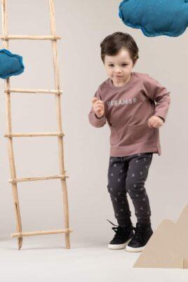 Baby Junge trägt beiges Sweatshirt Pullover mit Taschen & DREAMER Print - Leggings Sweathose dunkelgrau mit Halbmonden All-Over Muster aus Baumwolle von Pinokio - Babyphoto Kinderphoto laufender Junge