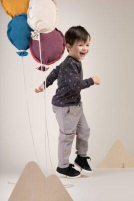 Kind Junge trägt leichten Baby Kinder Pullover mit Monden, BE BRAVE Patch & Rundhalsausschnitt langarm - Cordhose für Kinder in Grau von Pinokio - Kinderphoto lachender Junge