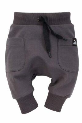 Graphitgraue Baby Kinder Pumphose Haremshose mit Seitentaschen & Berg-Patch für Jungen & Mädchen aus Baumwolle - Babyhose Sweathose Pants Jogger von Pinokio - Vorderansicht