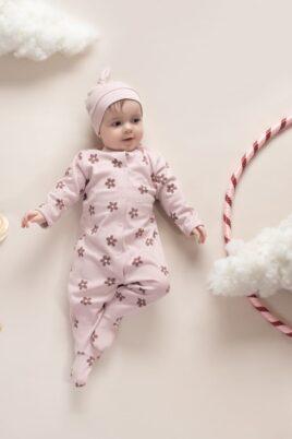 Mädchen trägt rosa Baby Mütze mit Knoten & Patch Blume - Altrosa hellrosa Kinder Baumwoll Schlafoverall mit Füßen mit Blumenmuster im Retro Look von Pinokio - Babyphoto Kinderphoto