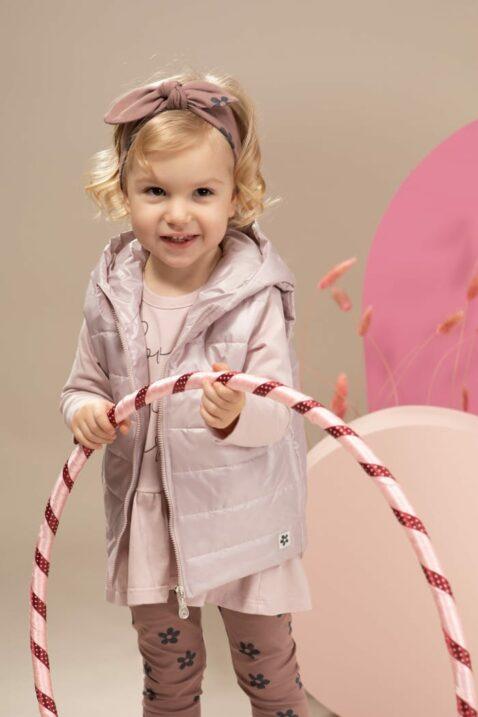 Mädchen trägt dunkelrosa Blumen Baby Leggings Sweathose - Kapuzen-Steppweste mit Patch & Taschen rosa - Tunika Langarmshirt rosa LOVE Print - Stirnband mit Schleifen & Blumen gemustert dunkelrosa von Pinokio - Kinderphoto Mädchen mit Hula-Hoop-Reifen