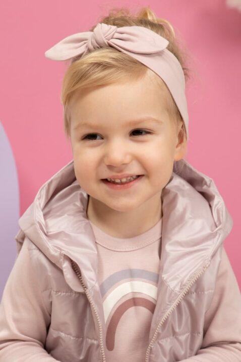 Mädchen trägt rosa ärmellose Baby Steppweste mit Kapuze & Taschen - Langarmshirt mit Regenbogen Rosa - Baby Stirnband mit Schleife rosa unifarben von Pinokio - Kinderphoto lachendes Mädchen