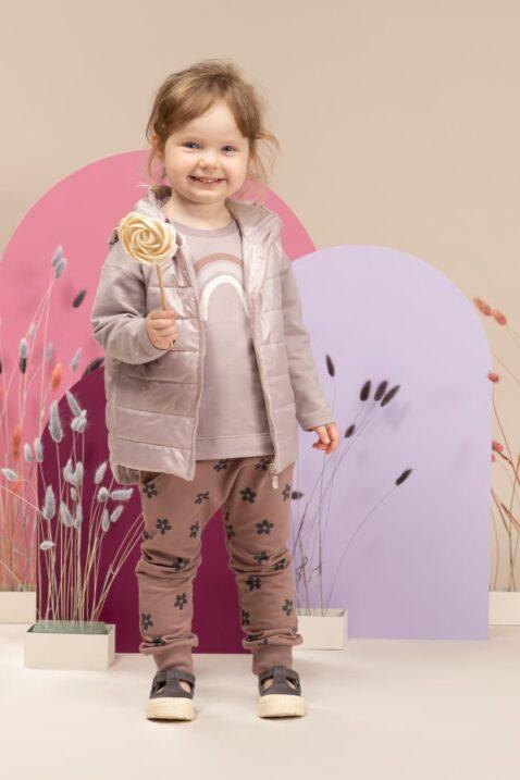 Mädchen trägt rosa Kinder Steppweste mit Kapuze & Taschen - Baby Pumphose mit Taschen & Blumenmuster in Dunkelrosa - Langarmshirt Regenbogen Grau von Pinokio - Kinderphoto lachendes Mädchen