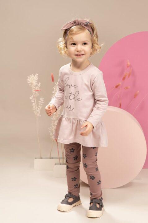 Mädchen trägt rosa Baby Tunika Langarmshirt in Kleidchenoptik mit Print LOVE IN THE AIR - Dunkelrosa Blumen Retro Leggings Kinderhose von Pinokio - Kinderphoto stehendes Mädchen