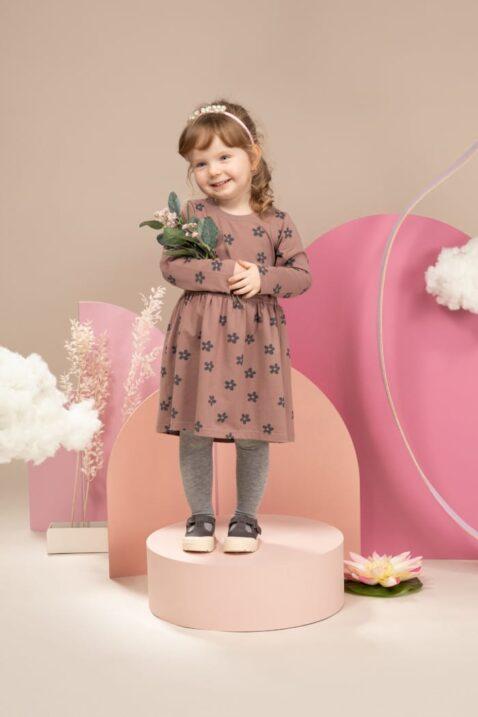 Mädchen trägt graue Basic Leggings - Braunrotes Kinder Freizeitkleid langarm mit Blumen gemustert knielang - Perlen Haarreif in Weiß von Pinokio - Kinderfoto lachendes Mädchen