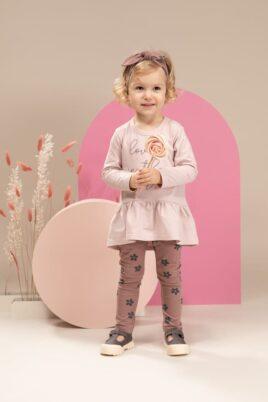 Mädchen Baby trägt dunkelrosa braunrote Blumenleggings - Stirnband mit Schleife Blümchen rosa - Hellrosa Kinder Langarmoberteil Tunika mit LOVE IN THE AIR Print von Pinokio - Kinderfoto stehendes Mädchen