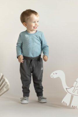 Junge trägt Babybody langarm mit Affe & HAPPY Print aus OEKO TEX Baumwolle - Graue Kinder Pumphose Babyhose mit Kordel & Patch SLOW Life von Pinokio - Babyfoto Kinderfoto stehender Junge