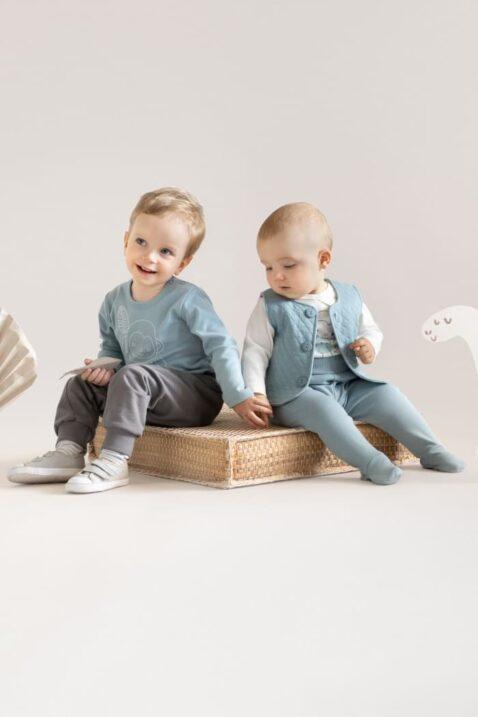 Jungen Babys mit Langarmbody blaugrün & Pumphose grau Patch - Gesteppte Weste mit Knöpfe in blau & Strampelhose mit Fuß & weißem Wickelbody langarm mit Affengesicht von Pinokio - Zwei sitzende Babys