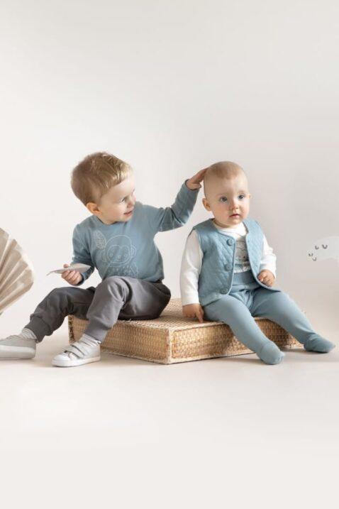 Jungen Kinder Babys gesteppte Weste in Blau & Strampelhose mit Patch SLOW LIFE & weißen Wickelbody Affe - Langarmbody Blaugrün Affe & Pumphose in Grau OEKO TEX Baumwolle von Pinokio - Spielende sitzende Jungs