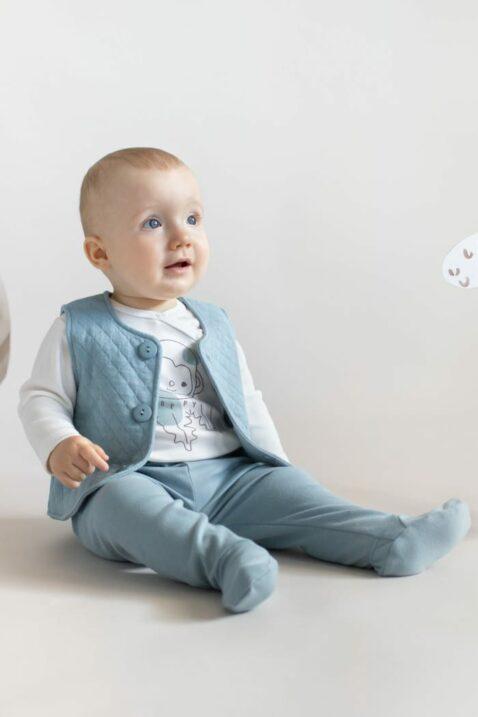 Junge trägt blaue gestepptes Babyjäckchen mit Knöpfen - Strampelhose mit Füßen & Patch SLOW LIFE Baumwolle OEKO TEX hellblau - Langarmbody Wickelbody mit Affe in Weiß von Pinokio - Babfoto staunender Junge