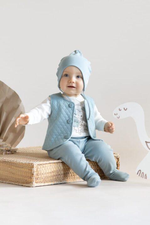 Junge trägt blaue Babymütze mit Ohrenklappen - Kinder Steppweste Oberteil hellblau - Blaugrüne Strampelhose mit Fuß & Patch SLOW LIFE - Wickelbody Langarm mit Affe in Baumwolle OEKO TEX von Pinokio - Babyfoto sitzender Junge
