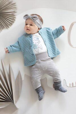 Baby Mädchen trägt weißen Wickelboy langarm mit Affe Baumwolle OEKO TEX - Beige Kinder Leggings Sweathose mit Tieren, Safari, Panther - Sweatjacke Babyjäckchen gesteppt Blaugrün von Pinokio - Babyfoto liegendes Mädchen