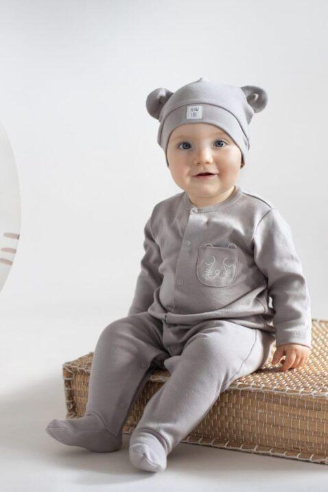 Junge trägt beige Babymütze mit Bären Tier Öhrchen & Patch SLOW LIFE - Beiger Kinder Pyjama Schlafoverall mit Füßen Einteiler mit Panther Tasche aus OEKO TEX Baummwolle von Pinokio - Babyfoto sitzender Junge