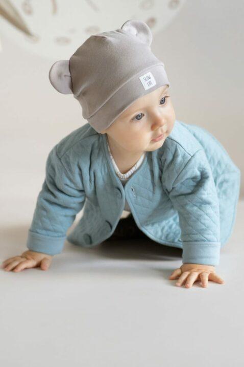 Junge trägt beige Baumwolle OEKO TEX Babymütze mit Ohren & Patch SLOW LIFE - Türkis blaue Kinder Sweatshirt Sweatjacke Oberteil langarm mit Knöpfe gesteppt von Pinokio - Babyfoto Kinderfoto krabbelnder Junge