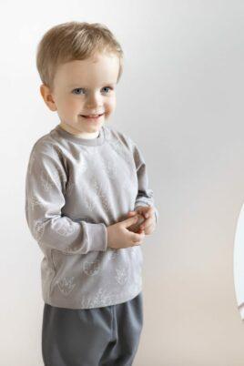 Junge trägt Kinder Baby langarm Oberteil mit Rippbündchen & Affen Panther Schildkröten Tier-Motive OEKO TEX - Graue Babyhose Kinder Pumphose Trousers Kids von Pinokio - Babyfoto Kinderfoto lachender Junge