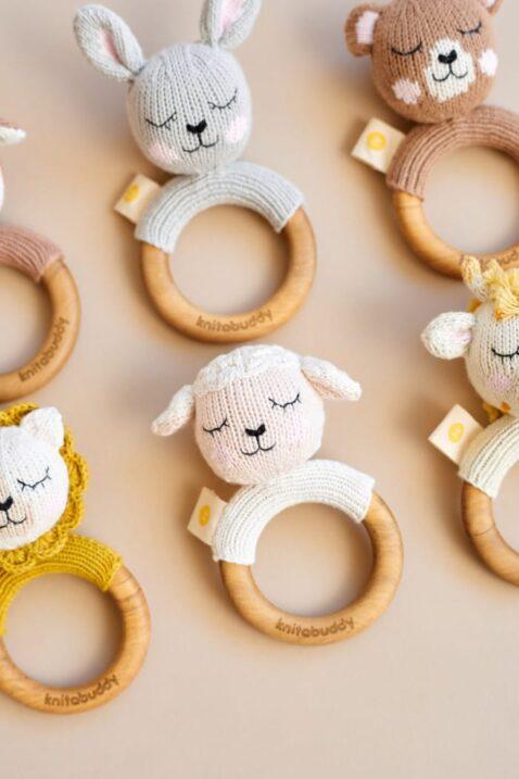 Baby Baby Holz Greifling Beißring mit Rassel Strick-Look Tier Hase, Lamm, Löwe, Bär, Giraffe & Reh aus OEKO TEX Baumwolle Bio handgefertigt von Knit A Buddy - Set Rassel Greifling Nahaufnahme