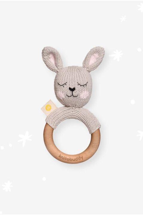 Grauer Baby Holz Beißring Greifling mit Rassel Hase Kaninchen Strick aus OEKO TEX Bio Baumwolle Babyspielzeug für Neugeborene & Babys von Knit A Buddy - Vorderansicht Rassel