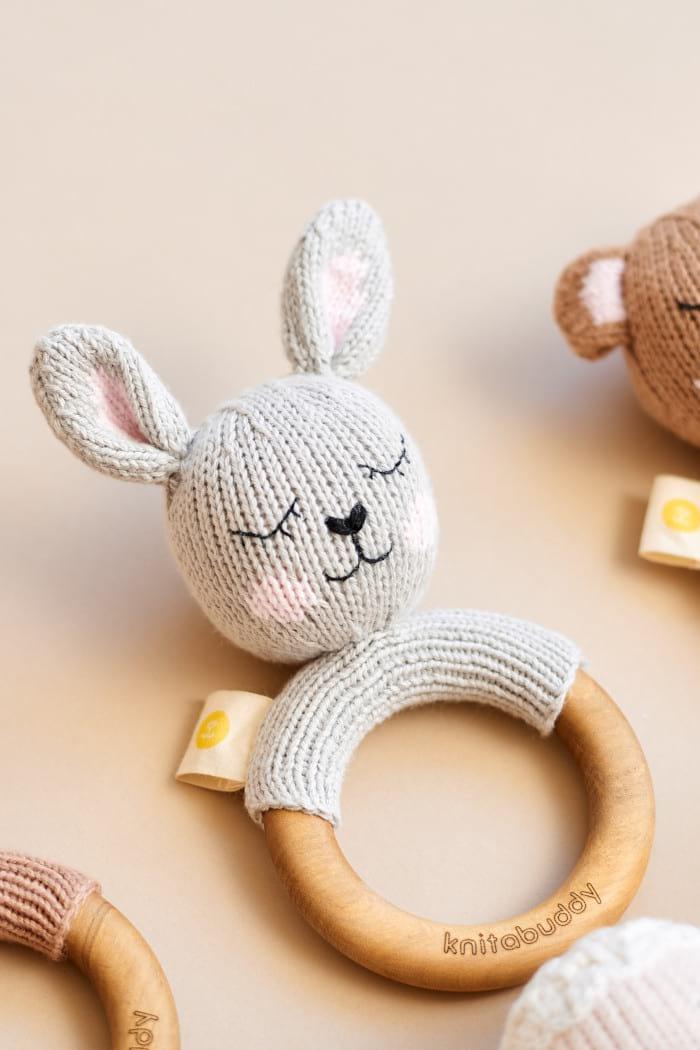 Graue Häschen Rassel mit Holz Beißring Greifling aus Bio Baumwolle OEKO TEX für Babys Neugeborene - Handmade in Peru Motorikspielzeug von Knit A Buddy - Beißring Tier Rassel Nahaufnahme