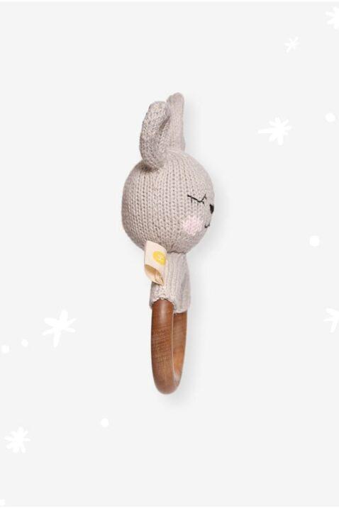 Hellgrauer Baby Beißring aus Holz mit Hase Kaninchen Rassel im Strick-Look Handmade aus OEKO TEX Bio-Baumwolle für Neugeborene & Babys von Knit A Buddy - Seitenansicht Beißring Rassel