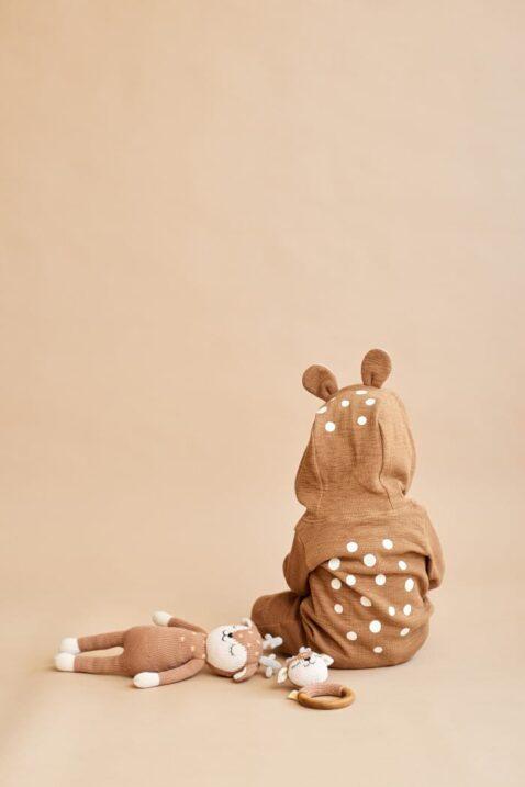 Kind Baby mit Reh Kuscheltier Stofftier & Holz Beißring Rassel braun Tier Rehkitz - Handmade Organic Bio Baumwolle Cotton OEKO TEX Kinderspielzeug von Knit A Buddy - Kinderfoto Set Kuscheltier & Greifling