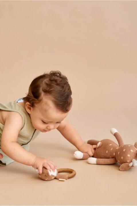 Spielendes Baby Mädchen mit brauner Rassel Beißring aus Holz & Tier Kuscheltier Reh Rehkitz - Handmade Organic OEKO TEX zertifizierte Pima Bio Baumwolle von Knit A Buddy - Babyfoto Set Stofftier & Greifling