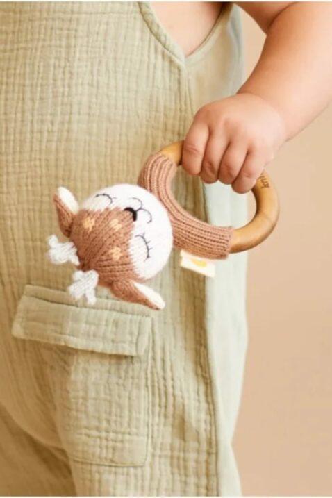 Kind Baby Reh Tier Holz Beißring Handmade handgefertigt Braun aus OEKO TEX Bio Baumolle Organic Cotton Neugeborene Kinder - Kuscheltier zum Spielen von Knit A Buddy - Nahaufnahme Greifling Rehkitz