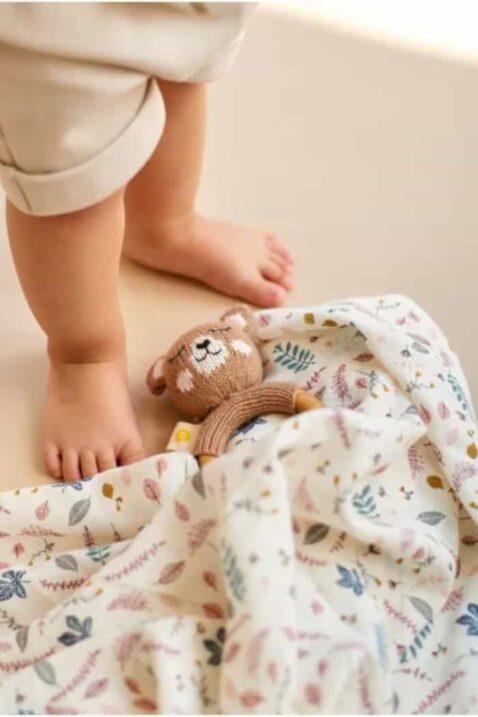Braunes Babyspielzeug Holz Beißring Rassel Strick Bär aus OEKO TEX Bio Baumwolle handgefertigt Motorikspielzeug für Neugeborene Greifling von Knit A Buddy - Babyfoto Kinderfoto
